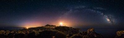 Fototapeta 360 ° prostoliniowego widok panoramiczny gwiaździstą noc z Milky Way łuku i latarni Capo Spartivento
