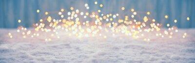 Fototapeta Abstrakcjonistyczny magiczny zimowy krajobraz z śniegiem i złotymi bokeh światłami - sztandar, panorama