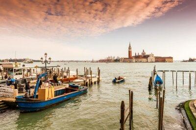 Fototapeta Activité sur les quais de Venise, Italie