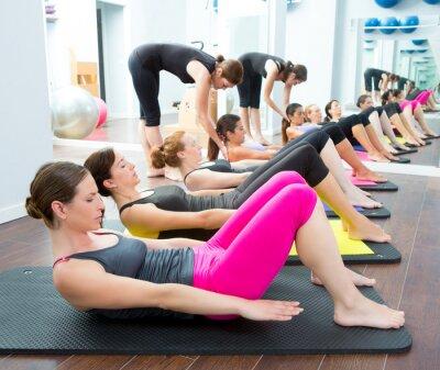 Fototapeta Aerobic Pilates osobisty trener w siłowni klasy grupy