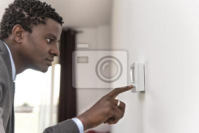 African American człowiek przyciskowe cyfrowe termostaty