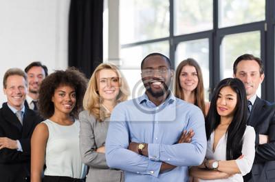 Fototapeta Afroamerykanin Biznesmen Szef Z Grupą Ludzi Biznesowych W Kreatywnym Biurze, Udane Wyścig Mieszany Człowiek Prowadzący Zespołowi Zespół Firmowy Składane Ręce, Profesjonalny Personel Szczęśliwy Uśmiech