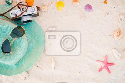 Fototapeta Akcesoria plażowe na piaszczystej - lato tle