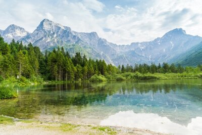 Fototapeta Alpy góry i jezioro w Almsee w Austrii.