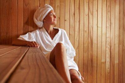 Fototapeta Ältere Frau entspannt w saunie
