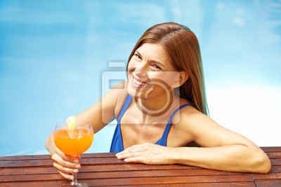Ältere Frau mit Cocktail im Basen
