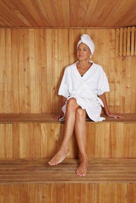 Ältere Frau sitzt w saunie
