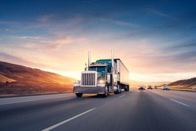 Fototapeta Amerykański styl ciężarówka na autostradzie ciągnięcia ładunku. TRANSPORT