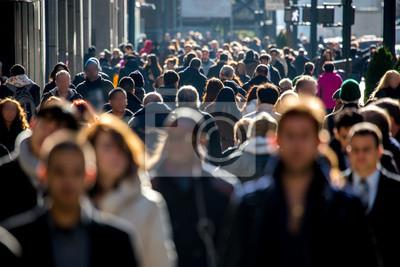 Fototapeta Anonymous Tłum ludzi chodzenia na ulicy miasta