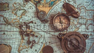Fototapeta Antyczne kolekcje rzadkich przedmiotów piratów, w tym kompas, retro vintage otwieracz do butelek ze szkieletem, kieszonkowy kompas z mosiądzu z pokrywką, brązowa moneta na mapie świata starożytnego. (