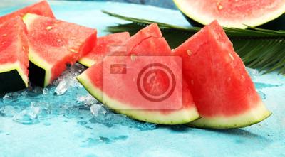 arbuz na niebieskim tle. soczyste letnie owoce w plastry