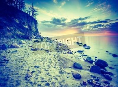 Fototapeta Archiwalne zdjęcie piękne skalistym brzegu morza o wschodzie lub zachodzie słońca. Długa ekspozycja krajobrazu. Morza Bałtyckiego w pobliżu Gdyni w Polsce.