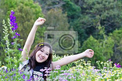 Asian kobieta relaks w ogrodzie kwiaty