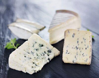 Fototapeta Asortyment serów rzemieślniczych smakoszy sera na tacy łupków
