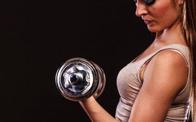 Fototapeta Athletic kobieta pracująca z ciężkimi hantlami