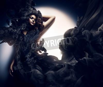 Fototapeta atrakcyjna kobieta w czarnym dymie
