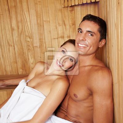 Atrakcyjna para w saunie