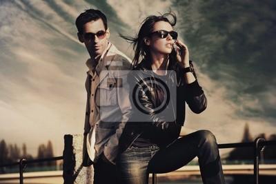Atrakcyjne Młoda para ma na sobie okulary