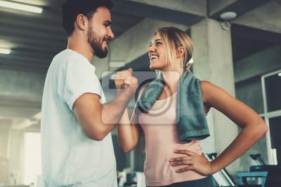 Fototapeta Atrakcyjny potomstwo pary handshaking po treningu w sprawności fizycznej gym., Portret mężczyzna i kobiety pary miłość pracujemy out trenować wpólnie., Pary sprawność fizyczna i zdrowy pojęcie.