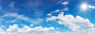 Fototapeta B ?? kitne niebo z chmurami i s? onecznym odbicie.s? o? ce b? ysku jasne w dziennych w lecie
