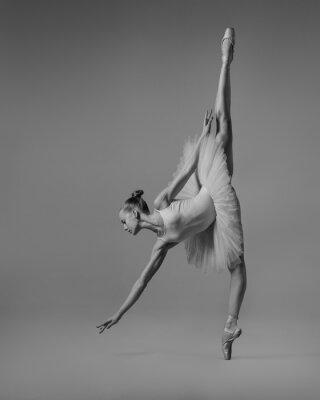 Fototapeta Balerina w sznurku rozciąga się na podłogę