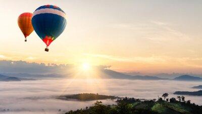 Fototapeta Balon na ogrzane powietrze nad morzem mgły