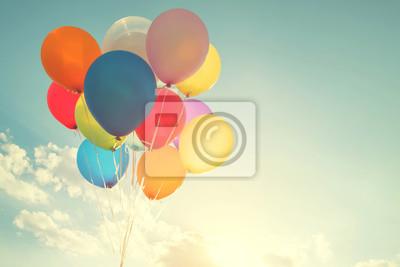 Fototapeta balony wielokolorowe z retro efekt filtra Instagram, pojęcie okazji urodzin latem i miesiąc miodowy Wesele (rocznik odcienia koloru)