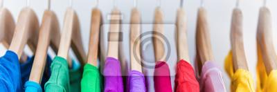 Fototapeta Banner uprawy dla tekstury copyspace dla tekstu stojaka odzieży. Ubrania wiszące na wieszakach w domu szafie lub centrum handlowym dla koncepcji sprzedaży sklepu. Kolorowe kolekcje. Reklama panoramicz
