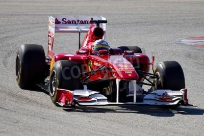 Fototapeta BARCELONA, Hiszpania - 18 lutego 2011: Fernando Alonso Ferrari team F1 jazdy jego samochód podczas Formuły Drużyny dni testów na torze Catalunya.