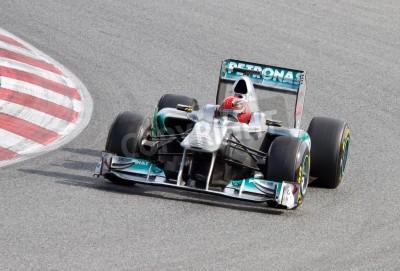 Fototapeta BARCELONA, Hiszpania - 18 lutego 2011: Michael Schumacher zespołu Mercedes jazdy jego F1 samochodu podczas Formuły Drużyny dni testów na torze Catalunya.
