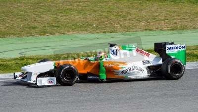 Fototapeta BARCELONA, Hiszpania - 18 lutego 2011: Paul Di Resta z Force India F1 zespołu napędowego samochodu podczas jego Formuły Drużyny dni testów na torze Catalunya.