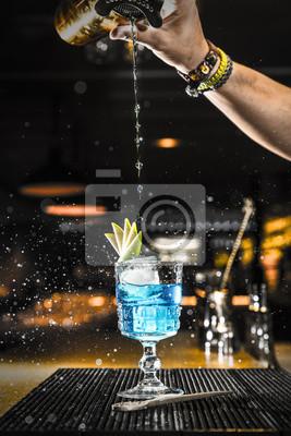 Barman leje koktajl do szklanki
