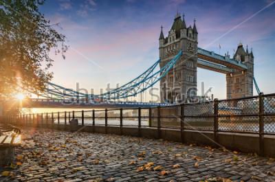 Fototapeta Basztowy most w Londyn, Zjednoczone Królestwo, podczas złotego wschodu słońca
