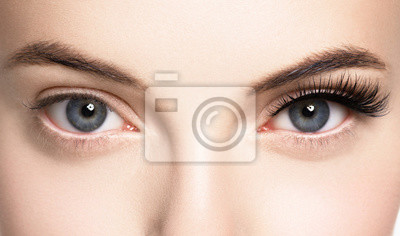 Fototapeta Baty kobiety twarz przygląda się zbliżenie