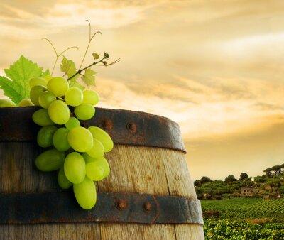 Fototapeta Beczka do wina i winogron z winnicy w tle