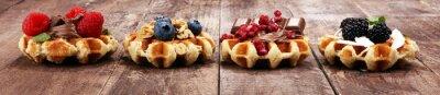 Belgijskie gofry z granatem i malinami, domowe zdrowe śniadanie z miętą