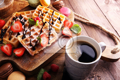 Belgijskie gofry z truskawkami i malinami, domowej roboty zdrowe śniadanie z kawą