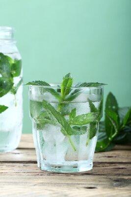 Fototapeta bevanda ghiacciata acqua di menta e foglie Sfondo verde