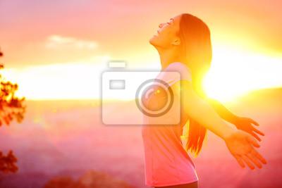 Fototapeta Bezpłatne szczęśliwa kobieta korzystających natura zachód słońca