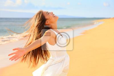 Fototapeta Bezpłatne szczęśliwa kobieta na plaży