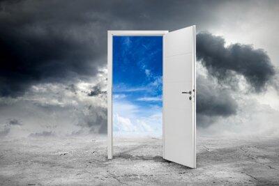 Fototapeta białe otwarte drzwi z błękitne niebo na betonowej podłodze przed ciemne tło zachmurzony / koncepcji szansy biznesowej szansa / tür offen konzept