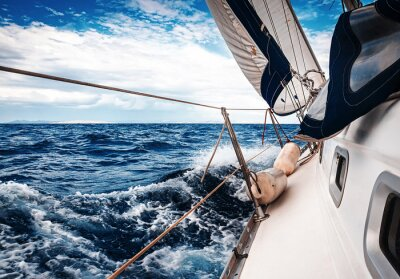 Fototapeta Białe żagle jachtów na tle morza i nieba w chmurach