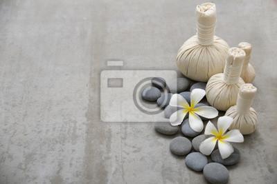biały frangipani z kamieniami i ziołowym ball.on szarym tle