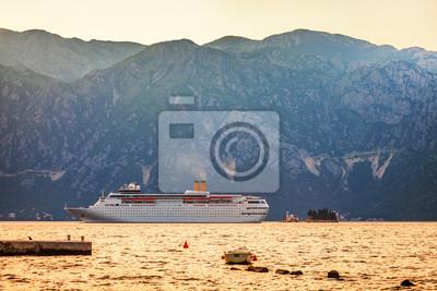 Fototapeta Biały morze turystyczny rejs liniowej jest żeglarstwo na backgr górskich