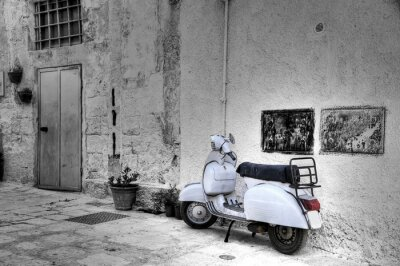Fototapeta Biały skuter w alejki boisko. Monopoli. Apulia.