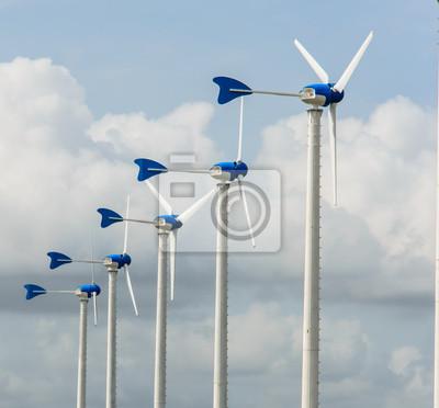 biały turbin wiatrowych na błękitne niebo