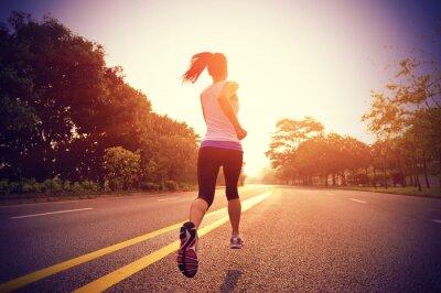 Fototapeta Biegacz sportowiec działa na sunrise drogi