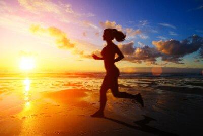 Fototapeta Bieganie sylwetkę dziewczyny o zachodzie słońca