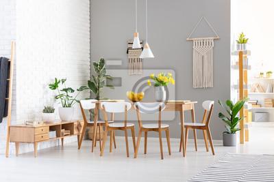 Fototapeta Biel Krzesla Przy Drewnianym Stolem Z Zoltymi Kwiatami W