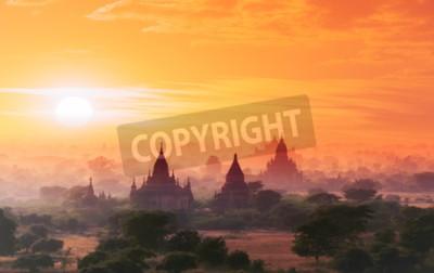 Fototapeta Birma Bagan miejsce historyczne na magiczny zachód słońca z piękne niebo i buddyjskich świątyń widok panoramiczny